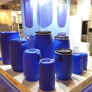 Fûts plastiques bleus
